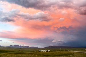 Foto: Daniel Jonsson. En jurt-camp (nomadbosättning) på högplatån i närheten av Song Kol-sjön i Kirgizistan.