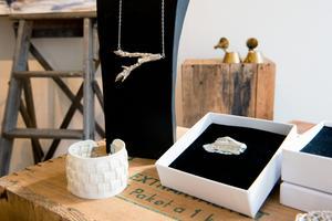 Smyckesdesignern Malin Sandström på Estri Design har delar av sitt utbud i pop up-butiken.