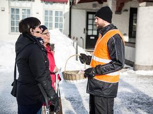 Eleionor Lindström Harriet Lindström blev bjuden på en kola av Fredrik Ivarsson från Tågkompaniet. Samtidigt fick de informationen om spårspring.