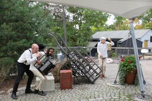 Lill-Skansenteatern kommer till Nykvarn. Från vänster: Staffan Granrot, Kim Nkoubou och Josefin Reinhard. Foto: Cecilia Törnqvist Persson