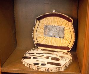 Ett antikt manikyrset i vadderad ask pryder en av hyllorna i Catharinas salong.