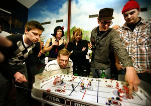 Koncentration. Bordshockey är populärt både som sällskapsspel och i tävlingssammanhang. Arkivfoto: NA