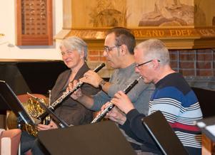 I orkesterföreningen spelar både amatörer och professionella musiker, som ungdomarna i SUS nu får möta. Här Maria Granberg, valthorn, och  Bijan Toghiani-Rizi och Jan Lindström, oboe.