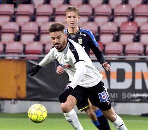 Fabio De Sousa i duell med IFK Göteborgs Benjamin Nygren som gjorde två mål och orsakade den straff som gav IFK Göteborg 2–0 och Michael Almebäck rött kort i den allsvenska avslutningen.