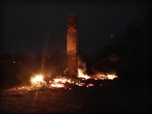 Bara murstocken stod kvar efter villabranden i Svedjeholmen.