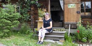 Monica Svedberg utanför sin fäbod vid Bosjön.