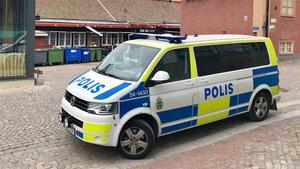 När en person rymmer från permission kontaktar Kriminalvården polisen som efterlyser personen.