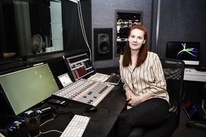 Clara Åström O'Månsson i studion.
