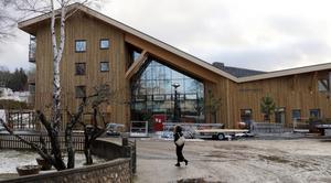 Byggbaracker flyttades bort och utemiljön städades i julveckan  vid Bergsparken.