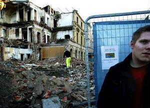 Från vissa vinklar ser det ut som att fastigheten bombats.