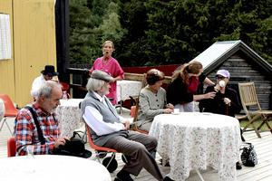 Ge oss musik och två Mariekex utspelar sig på ett äldreboende i nutid.