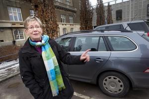 """Parkerade rätt. Ann-Marie Svensson parkerade rätt på torget. """"Jag har haft tur och inte fått någon lapp på länge. Det gäller att titta noga på skyltarna"""", säger hon."""