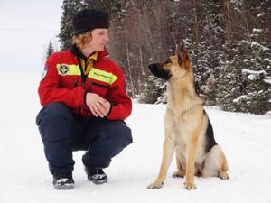 – Tillfredsställelsen att  kunna hjälpa andra, och att  göra det tillsammans med  sin hund. Det väger tyngst,  säger Maria Häggblom  med hunden Trassla.