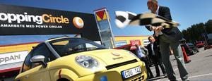 - Lycka till! Kör försiktigt! säger Gävle energis VD Per Laurell till elbilstestande Lennart Lindgren.