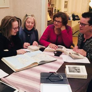 Lena samuelsson, Ulla Adefalk, Maria Park och Maria Granath Nilsen studerar en karta över Frankrike för att följa vägen som bokens huvudperson, Jean Valjean, tog. Kvällens teama var: Fantine – vem var hon? Ensamma mödrar i världen. Var möter vi Fantine idag? (Foto: Tina Hedegård)