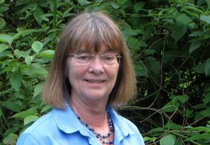 Ulla Bergquist, arkeolog vid länsstyrelsen, håller inte med Fredric Bedoire om att det inte kan ha funnits en äldre gråstenskyrka på samma plats som dagens domkyrka i tegel. Foto: Anders Lif.