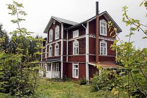 Tolfhamn var konstnären Malte Nybergs föräldrahem och fram till hans död var det i Nybergs ägo. Nu vill Matias och Daniella renovera upp huset och återställa det till sin fornstora glans.