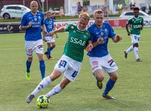 Brages André (i) Kamp med Trelleborgs Erik Andersson. Kamp hörde till hemmalagets främsta aktörer i 2–0-segern.