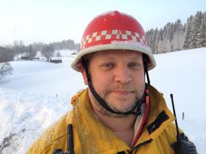 Niklas Gustafsson, räddningsledare vid Åre räddningstjänst, Järpens station. – Det var en traktor som svängde in på en parkeringsficka för att släppa förbi bakomvarande trafik. I och med detta så var det en bil som inte fick stopp och  studsade in i mötande trafik. Det blev en frontalkrock, berättade han för vår reporter Karin Johansson.