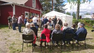 Publiken och spelmännen trivdes i solgasset. Foto: Gun-Britt Larsson