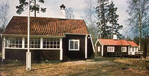 """Lars Olas i Ekebyäng byggde Anders Diös 1920, och den var familjens sommarbostad fram till 1933. Då överlämnades gården till KFUK-KFUM som gåva. Ur boken """"Anders Diös bygger vidare""""."""