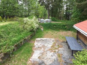 Före bygget av uteplatsen påbörjades täcktes ytan av en sprucken betongplatta och ogräs.