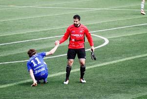 Sandviken AIK:s målvakt Erkan Gümüs ger Fagersta Södras Kristian Ekberg en hjälpande hand efter 0–0 på Jernvallen.