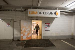 Lunagaraget har infart från Rådhusgatan och från Garvaregatan. Från garaget finns en ingång till Lunagallerian.