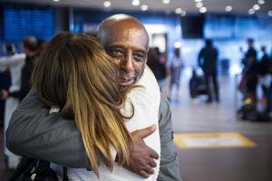 Alla ville krama Fikru Maru när han återvände till Sverige efter att ha suttit oskyldig i etiopiskt fängelse i fem år.