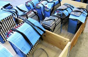 Varje enskilt batteri väger ungefär trettio kilo och kostar runt 6 000 kronor.