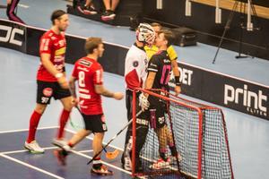 Storvretas målvakt Viktor Klintsten och Faluns Patrik Rokka rök ihop: