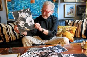 Göran Schultz bläddrar bland bilderna ur ett liv fyllt med jazz. Här håller han upp en tidigare upplaga av sig själv.