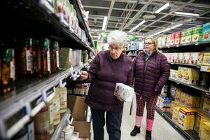 Birgitta Hedin och Marlene Otterborn är två av cirka 35 kontrollanter som PRO skickar ut i Dalarnas matbutiker.