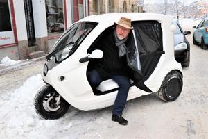 Örebroaren Jonas Jernberg kliver ur sin trehjuliga podmoped, av märket Zbee,  på moped- och mc-parkeringen vid Järntorget i vintras. För övrigt det enda exemplaret som finns att uppbringa i Örebro.