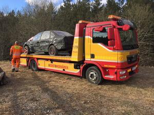 Olycksbilen bärgades efter olyckan. Man ska utreda om den hade något tekniskt fel som kan ha bidragit till olyckan.