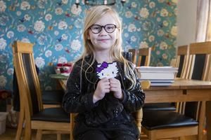 Jacqueline Nilsson har gjort pärlplattor under ett och ett halvt år där alla pengar går oavkortat till Barncancerfonden.