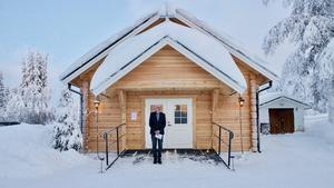 Förste kyrkvaktmästare Bengt Anderzon utanför det timrade kapellet i Högvålen.