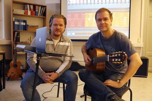 Arbogas kulturskolechef Jesper Hellqvist och gitarrläraren Daniel Johansson. Foto: Pressbild