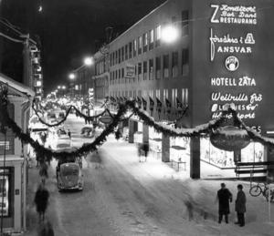 Det är juletid 1961. Vill man gå ut och dansa kan man göra det på restaurang Z och vill man köra bil på Prästgatan så går det bra. Fotograf: ÖP arkiv