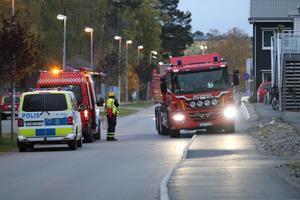 Räddningstjänst och polis på plats vid det branddrabbade radhuset på Salsavägen. Foto: Brottsplats Sthlm