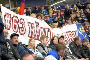 Björbo IF:s ungdomsspelare supportade Fredrik Händemark med hejaramsor och en stor banderoll i Sveriges landskamp mot Tjeckien.