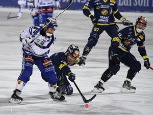 Jesper Eriksson och Erik Stoor tampas om bollen.