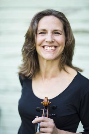 Violinisten Cecilia Zilliacus uppträder på Skinnskattebergs herrgård den 31 augusti. Foto: Mia Marin
