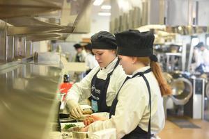 Wilma Selin och Ida Bergkvist från Alneskolan hjälps åt med att förbereda maten.