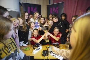 Klasskamraterna stormade fram  till Viktor Rytter Halvarsson och Lilith Häselbarth när tävlingen blev avgjord.