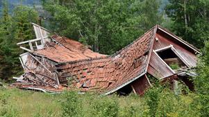 Det är fastighetsägarens ansvar att åtgärda förfallna byggnader och risiga tomter. Kommunens byggnadsnämnd har tillsynsansvar. När en fastighetsägare inte går att nå eller inte har råd att betala riskerar kommunen höga kostnader för att riva fastigheten. Särskilt hårt slår detta mot glesbygdskommuner med låga fastighetsvärden.