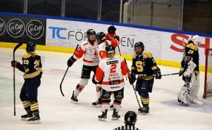 SSK-målvakten Jessica Hjorth och lagkaptenen Bim Schalén tvingas se Karlskronaspelarna fira ännu ett mål.