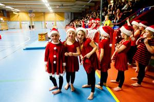 Vilda Järnberg, Lovisa Larsson och Signe Wiklund gör sig beredda för sitt tredje och sista framträdande.