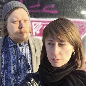 Konstnärerna Jon Perman och Karin Bäckström.