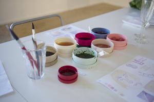 Färgen är en färskvara som klara sig någon dag om den förvaras i kylskåpet. Brukarna är även de ett återvinn från Body Shop.